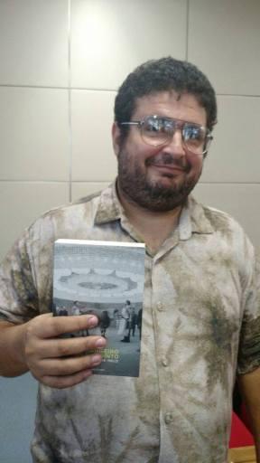 """Wellington e seu livro """"Estrangeiro no Labirinto"""""""